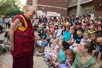 Далай-лама встретился с учениками школы при посольстве США в Дели