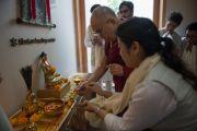 """Его Святейшество Далай-лама у алтаря в центре буддийского целительства в затворническом центре """"Вана"""". Дехрадун, штат Уттаракханд, Индия. 6 апреля 2016 г. Фото: Тензин Чойджор (офис ЕСДЛ)"""