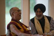 """Его Святейшество Далай-лама и Аналджит Сингх в затворническом центре """"Вана"""". Дехрадун, штат Уттаракханд, Индия. 6 апреля 2016 г. Фото: Тензин Чойджор (офис ЕСДЛ)"""