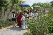 """Его Святейшество Далай-лама направляется в центр тибетского целительства в затворническом центре """"Вана"""". Дехрадун, штат Уттаракханд, Индия. 6 апреля 2016 г. Фото: Тензин Чойджор (офис ЕСДЛ)"""