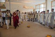 """Его Святейшество Далай-ламу встречают в главном здании затворнического центра """"Вана"""".  Дехрадун, штат Уттаракханд, Индия. 6 апреля 2016 г. Фото: Тензин Чойджор (офис ЕСДЛ)"""
