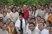 """Его Святейшество Далай-лама фотографируется на память с гостями и сотрудниками затворнического центра """"Вана"""". Дехрадун, штат Уттаракханд, Индия. 6 апреля 2016 г. Фото: Тензин Чойджор (офис ЕСДЛ)"""
