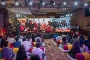 Его Святейшество Далай-лама отвечает на вопросы ведущей телеканала NDTV. Слушатели в зале - тибетские и индийские студенты. Дели, Индия. 7 апреля 2016 г. Фото: Тензин Чойджор (офис ЕСДЛ)