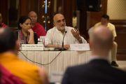 """Раджив Мехротра рассказывает о проектах """"Фонда всеобщей ответственности"""" на конференции по вопросам внедрения в школьную программу изучения светской этики. Дели, Индия. 7 апреля 2016 г. Фото: Тензин Чойджор (офис ЕСДЛ)"""