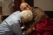 Его Святейшество Далай-лама тепло обнимает своего старого друга во время перерыва на конференции по вопросам внедрения в школьную программу изучения светской этики. Дели, Индия. 7 апреля 2016 г. Фото: Тензин Чойджор (офис ЕСДЛ)