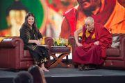 Его Святейшество Далай-лама и ведущая телеканала NDTV Соня Сингх во время записи телепрограммы. Дели, Индия. 7 апреля 2016 г. Фото: Тензин Чойджор (офис ЕСДЛ)