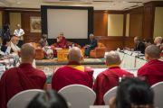 Его Святейшество Далай-лама выступает на второй сессии конференции по вопросам внедрения в школьную программу изучения светской этики. Дели, Индия. 7 апреля 2016 г. Фото: Тензин Чойджор (офис ЕСДЛ)