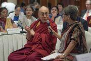 Его Святейшество Далай-лама делает комментарии к докладам во время утренней сессии конференции по вопросам внедрения в школьную программу изучения светской этики. Дели, Индия. 7 апреля 2016 г. Фото: Тензин Чойджор (офис ЕСДЛ)
