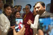 Его Святейшество Далай-лама фотографируется со своими почитателями после конференции по вопросам внедрения в школьную программу изучения светской этики. Дели, Индия. 7 апреля 2016 г. Фото: Тензин Чойджор (офис ЕСДЛ)