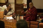 Модератор встречи профессор Минакши Тхапан и Его Святейшество Далай-лама на конференции по вопросам внедрения в школьную программу изучения светской этики. Дели, Индия. 7 апреля 2016 г. Фото: Тензин Чойджор (офис ЕСДЛ)