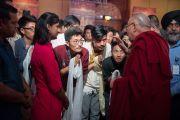 Его Святейшество Далай-лама беседует с тибетскими и индийскими студентами по окончании записи телепрограммы для NDTV. Дели, Индия. 7 апреля 2016 г. Фото: Тензин Чойджор (офис ЕСДЛ)