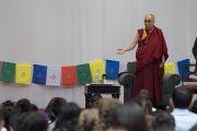 Его Святейшество Далай-лама говорит о сострадании и всеобщей ответственности с учениками и сотрудниками школы при американском посольстве. Нью-Дели, Индия. 8 апреля 2016 г. Фото: Тензин Чойджор (офис ЕСДЛ)