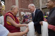 Директор школы при американском посольстве встречает Его Святейшество Далай-ламу у входа в школу. Нью-Дели, Индия. 8 апреля 2016 г. Фото: Тензин Чойджор (офис ЕСДЛ)