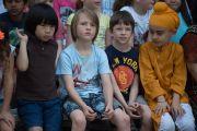 Ученики школы при американском посольстве слушают слова Его Святейшества Далай-ламы. Нью-Дели, Индия. 8 апреля 2016 г. Фото: Тензин Чойджор (офис ЕСДЛ)