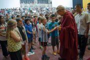 Его Святейшество Далай-лама в подаренной ему школьной бейсболке общается с учениками школы при американском посольстве по окончании встречи. Нью-Дели, Индия. 8 апреля 2016 г. Фото: Тензин Чойджор (офис ЕСДЛ)