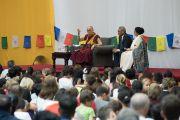 Его Святейшество Далай-лама отвечает на вопросы из зала во время встречи в школе при американском посольстве. Нью-Дели, Индия. 8 апреля 2016 г. Фото: Тензин Чойджор (офис ЕСДЛ)