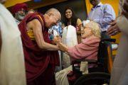 Его Святейшество Далай-лама приветствует своих почитателей в школе при американском посольстве. Нью-Дели, Индия. 8 апреля 2016 г. Фото: Тензин Чойджор (офис ЕСДЛ)