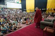 Его Святейшество Далай-лама приветствует собравшихся в зале учеников и сотрудников школы при американском посольстве (всего более 1200 человек). Нью-Дели, Индия. 8 апреля 2016 г. Фото: Тензин Чойджор (офис ЕСДЛ)