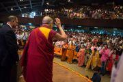"""Его Святейшество Далай-лама приветствует слушателей, собравшихся на его лекцию """"Этика и счастье"""" в Индийском технологическом институте. Нью-Дели, Индия. 9 апреля 2016 г. Фото: Тензин Чойджор (офис ЕСДЛ)"""