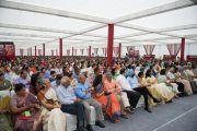 """Ученики, их родители и сотрудники школы """"Спрингдейлз"""" слушают Его Святейшество Далай-ламу. Нью-Дели, Индия. 9 апреля 2016 г. Фото: Тензин Чойджор (офис ЕСДЛ)"""