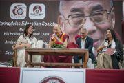 """Его Святейшество Далай-лама отвечает на вопросы слушателей во время лекции в школе """"Спрингдейлз"""". Нью-Дели, Индия. 9 апреля 2016 г. Фото: Тензин Чойджор (офис ЕСДЛ)"""