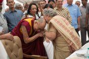"""93-летняя основательница школы """"Спрингдейлз"""" Раджни Кумар встречает Его Святейшество Далай-ламу у входа в школу. Нью-Дели, Индия. 9 апреля 2016 г. Фото: Тензин Чойджор (офис ЕСДЛ)"""