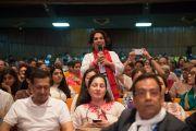 Одни из слушательниц задает вопрос Его Святейшеству Далай-ламе во время его лекции в Индийском технологическом институте. Нью-Дели, Индия. 9 апреля 2016 г. Фото: Тензин Чойджор (офис ЕСДЛ)