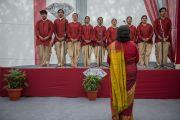 """Хор учеников школы """"Спрингдейлз"""" исполняет песню в честь Его Святейшества Далай-ламы. Нью-Дели, Индия. 9 апреля 2016 г. Фото: Тензин Чойджор (офис ЕСДЛ)"""