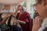Уезжая из Индийского технологического института, Его Святейшество Далай-лама машет рукой на прощанье своим почитателям. Нью-Дели, Индия. 9 апреля 2016 г. Фото: Тензин Чойджор (офис ЕСДЛ)