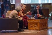 Его Святейшество Далай-лама отвечает на вопросы слушателей во время лекции в Индийском технологическом институте. Нью-Дели, Индия. 9 апреля 2016 г. Фото: Тензин Чойджор (офис ЕСДЛ)