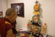 Далай-лама посетил выставку во Всеиндийском обществе изящных искусств и ремесел