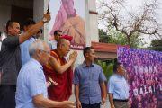 """Его Святейшество Далай-лама прощается со своими почитателями после посещения выставки """"Спасибо, Далай-лама!"""" в галерее Всеиндийского общества изящных искусств и ремесел. Нью-Дели, Индия. 10 апреля 2016 г. Фото: Джереми Рассел (офис ЕСДЛ)"""