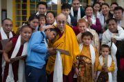 Его Святейшество Далай-лама позирует для групповой фотографии во время утренней аудиенции во дворе главного тибетского храма. Дхарамсала, Индия. 21 апреля 2016 г. Фото: Тензин Чойджор (офис ЕСДЛ)