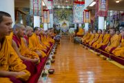 Его Святейшество Далай-лама и монахи монастыря Намгьял во время молебна в храме Калачакры. Дхарамсала, Индия. 21 апреля 2016 г. Фото: Тензин Чойджор (офис ЕСДЛ)