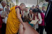 Его Святейшество Далай-лама общается с тибетцами во время утренней аудиенции во дворе главного тибетского храма. Дхарамсала, Индия. 21 апреля 2016 г. Фото: Тензин Чойджор (офис ЕСДЛ)