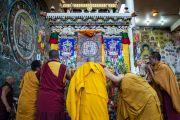 Его Святейшество Далай-лама в храме Калачакры перед началом молебна. Дхарамсала, Индия. 21 апреля 2016 г. Фото: Тензин Чойджор (офис ЕСДЛ)
