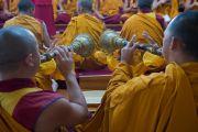 Монахи монастыря Намгьял играют на ритуальных музыкальных инструментах во время молебна в храме Калачакры. Дхарамсала, Индия. 21 апреля 2016 г. Фото: Тензин Чойджор (офис ЕСДЛ)