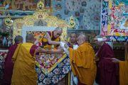 Настоятель монастыря Намгьял совершает традиционные подношения перед началом молебна в храме Калачакры. Дхарамсала, Индия. 21 апреля 2016 г. Фото: Тензин Чойджор (офис ЕСДЛ)
