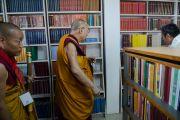 Его Святейшество Далай-лама в новой библиотеке в колледже высшей тибетологии в Сара. Дхарамсала, Индия. 26 апреля 2016 г. Фото: Тензин Чойджор (офис ЕСДЛ)
