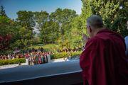 Его Святейшество Далай-лама приветствует встречающих его людей в колледже высшей тибетологии в Сара. Дхарамсала, Индия. 26 апреля 2016 г. Фото: Тензин Чойджор (офис ЕСДЛ)