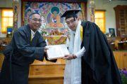 Министр образования Центральной тибетской администрации Нгодуп Церинг вручает дипломы выпускникам колледжа высшей тибетологии в Сара. Дхарамсала, Индия. 26 апреля 2016 г. Фото: Тензин Чойджор (офис ЕСДЛ)