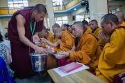 По традиции присутствующих на церемонии вручения дипломов выпускникам колледжа высшей тибетологии в Сара угощают сладким рисом. Дхарамсала, Индия. 26 апреля 2016 г. Фото: Тензин Чойджор (офис ЕСДЛ)