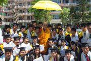 Его Святейшество Далай-лама фотографируется на память с выпускниками колледжа высшей тибетологии в Сара. Дхарамсала, Индия. 26 апреля 2016 г. Фото: Тензин Чойджор (офис ЕСДЛ)
