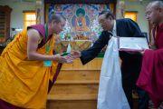 Министр по делам культуры и религии Центральной тибетской администрации Пема Чинджор вручает диплом римэ-геше в колледже высшей тибетологии в Сара. Дхарамсала, Индия. 26 апреля 2016 г. Фото: Тензин Чойджор (офис ЕСДЛ)