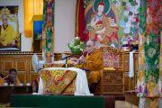 Его Святейшество Далай-лама выступает с речью на церемонии вручения дипломов выпускникам колледжа высшей тибетологии в Сара угощают сладким рисом. Дхарамсала, Индия. 26 апреля 2016 г. Фото: Тензин Чойджор (офис ЕСДЛ)