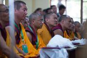 Гости в зале слушают речь Его Святейшества Далай-ламы на церемонии вручения дипломов выпускникам колледжа высшей тибетологии в Сара. Дхарамсала, Индия. 26 апреля 2016 г. Фото: Тензин Чойджор (офис ЕСДЛ)