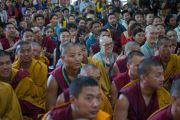 Присутствующие в зале колледжа высшей тибетологии в Сара сопровождают вручение дипломов выпускниками приветственными аплодисментами. Дхарамсала, Индия. 26 апреля 2016 г. Фото: Тензин Чойджор (офис ЕСДЛ)