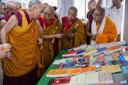 Его Святейшество Далай-лама рассматривает книги, изданные институтом буддийской диалектики, в новой библиотеке в колледже высшей тибетологии в Сара. Дхарамсала, Индия. 26 апреля 2016 г. Фото: Тензин Чойджор (офис ЕСДЛ)
