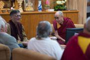 """Его Святейшество Далай-лама смеется шутке С. К. Раджу во время его доклада на конференции """"Древнеиндийская философия и современная наука"""". Дхарамсала, Индия. 19 апреля 2016 г. Фото: Тензин Чойджор (офис ЕСДЛ)"""