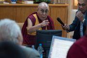 """Его Святейшество Далай-лама высказывает свое мнение во время одного из докладов на конференции """"Древнеиндийская философия и современная наука"""". Дхарамсала, Индия. 19 апреля 2016 г. Фото: Тензин Чойджор (офис ЕСДЛ)"""